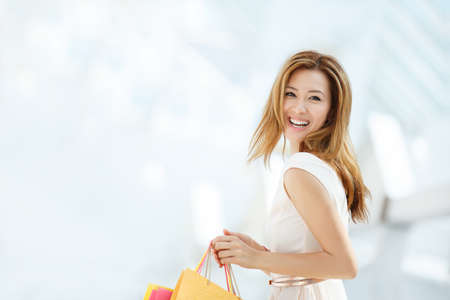 alegria: Hermosa mujer con bolsa de compras