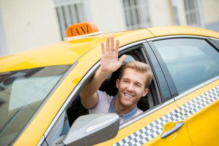 Jonge bestuurder in een taxi