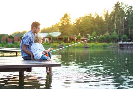 호수에 아버지와 아들 낚시 스톡 콘텐츠