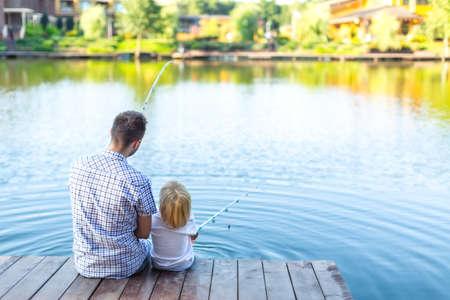 hombre pescando: Padre e hijo de pesca en el muelle
