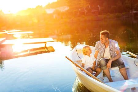 Padre e hijo en barco al atardecer