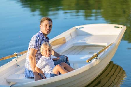 chaloupe: P�re et fils dans le bateau en plein air