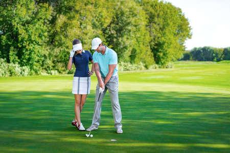 Jeune couple jouant au golf Banque d'images - 51498305