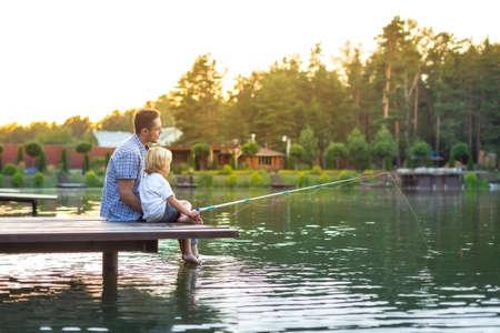 pies descalzos: Papá e hijo de pesca al aire libre Foto de archivo