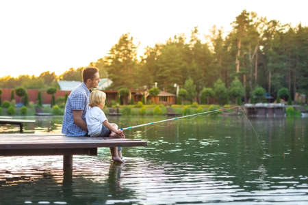 Táta a syn rybaření venku Reklamní fotografie - 51917868