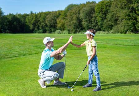 골프를 치는 아버지와 아들 스톡 콘텐츠