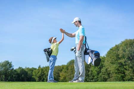 Padre e hijo jugando al golf