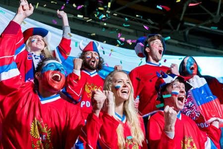 Młodzi fani sportu na stadionie