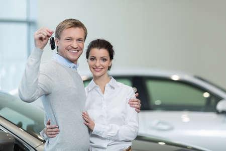 llaves: Pareja joven con llaves del coche