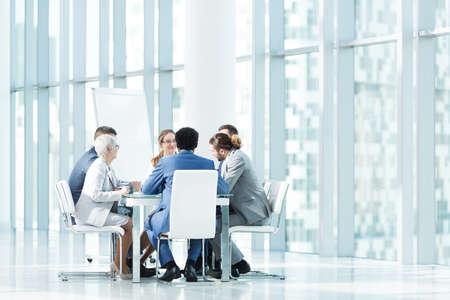 Mensen uit het bedrijfsleven tijdens een bijeenkomst in het kantoor