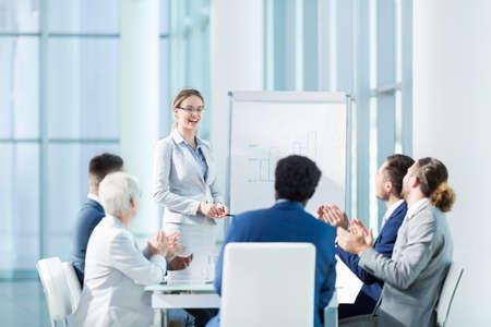 Mensen uit het bedrijfsleven bij presentatie in het kantoor Stockfoto