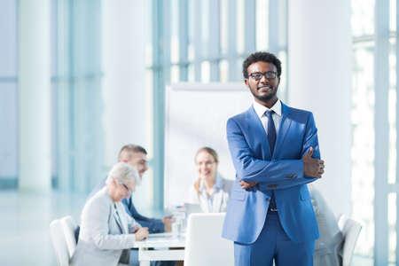 profesionistas: Hombres de negocios en una reunión en la oficina Foto de archivo