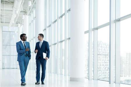 liderazgo empresarial: hombres de negocios sonriente en la oficina