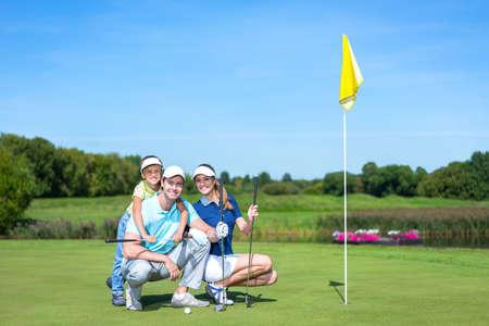 골프 코스에 자녀와 함께 가족 스톡 콘텐츠