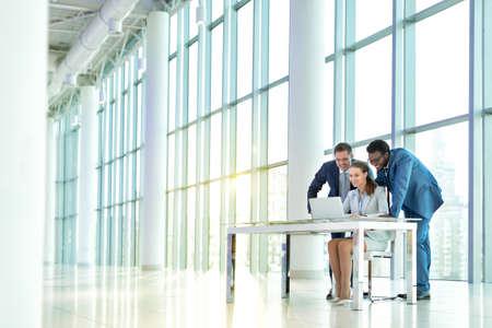 Business people with laptop indoors Foto de archivo