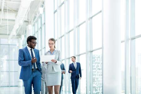 Partenaires Les jeunes d'affaires dans le bureau Banque d'images - 54885523
