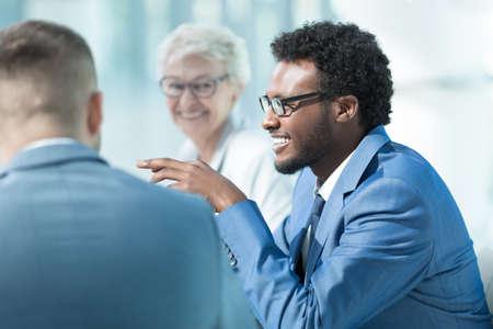 オフィスでの会議でのビジネス人々 の笑顔
