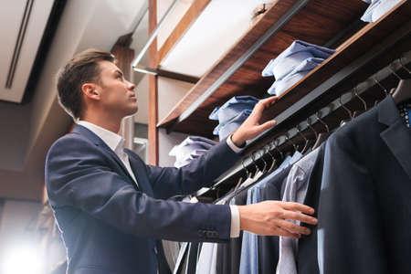 traje: hombre de negocios joven en almacén Foto de archivo