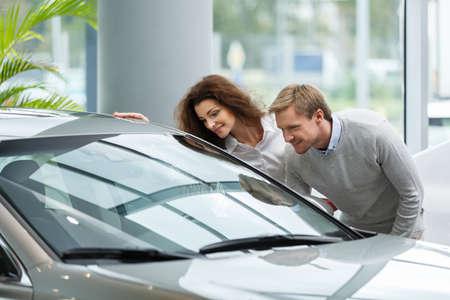 젊은 부부는 자동차 구매 스톡 콘텐츠