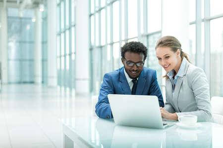 közlés: Az üzletemberek laptop hivatalban Stock fotó