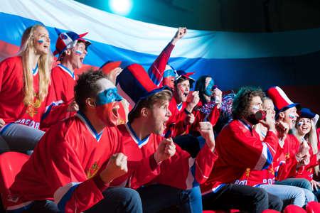 bandera rusia: ventiladores sonrientes en estadio Foto de archivo