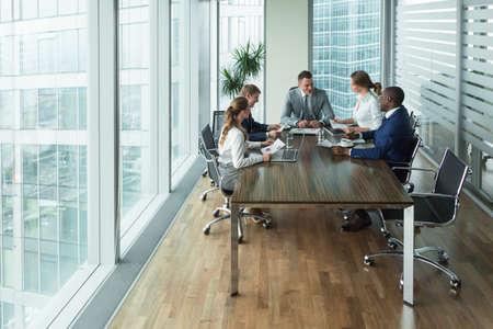comunicación: La gente de negocios en la reunión