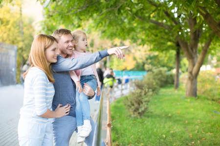 En familia con niño en el zoológico Foto de archivo