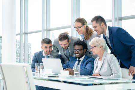 empleado de oficina: Hombres de negocios en reunión en la oficina Foto de archivo