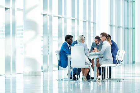 Geschäftsleute bei einem Treffen im Büro