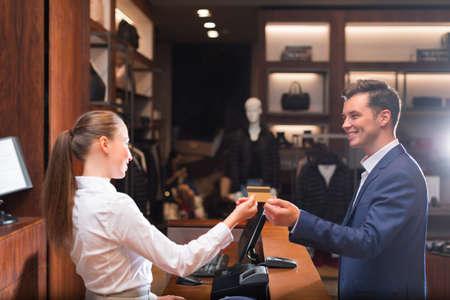 Glimlachende man met verkoper in de winkel Stockfoto - 57873661