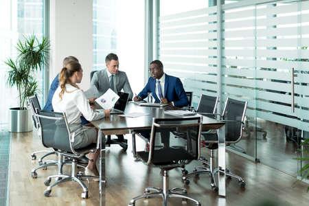 komunikacja: Ludzi biznesu w spotkaniu Zdjęcie Seryjne