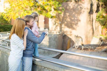 zoologico: Familia joven con el niño en el zoológico Foto de archivo