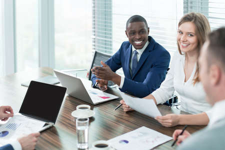 オフィスでの会議でのビジネス人々