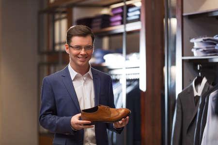 comprando zapatos: Sonriente hombre en un juego en el interior