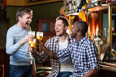 Espressione uomo con una birra in casa Archivio Fotografico - 60004238