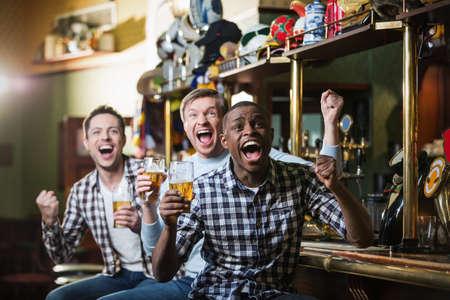 Gridare fan con una birra in un bar
