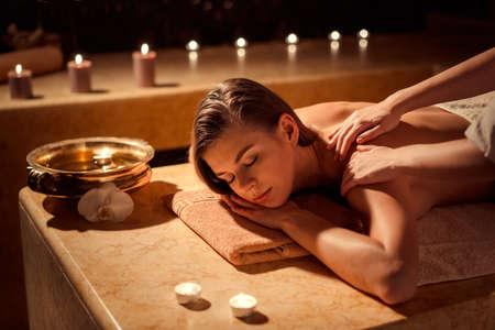 Jeune fille en massage spa