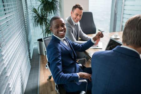 communicatie: Lachende mensen uit het bedrijfsleven in het kantoor
