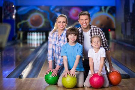 actividades recreativas: Familia con los niños en los bolos