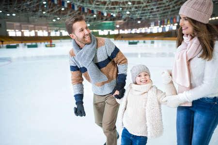 Happy family à la patinoire Banque d'images - 60005036