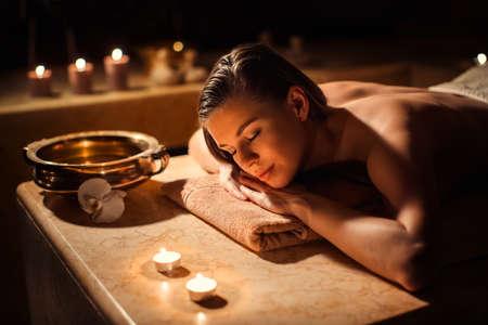cuerpo femenino: mujer que duerme en el spa de belleza Foto de archivo