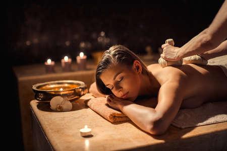 massages: Jeune femme en beauté spa