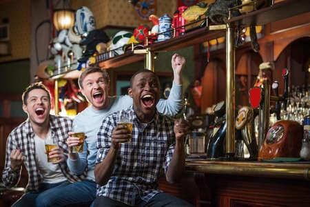 Gridare fan con birra in barra