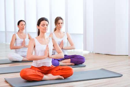 schöne frauen: Schöne Frauen, Yoga zu praktizieren Lizenzfreie Bilder