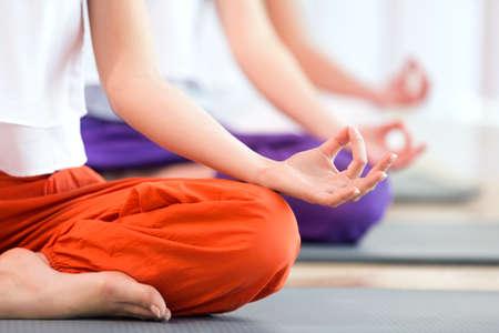 Ženy cvičí jógu Reklamní fotografie - 61584801