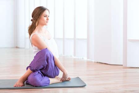 Junge Frau in Yoga-Position Standard-Bild - 61584929
