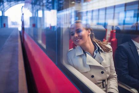 電車で笑顔の女性