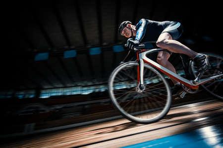 Jeune cycliste sur une piste cyclable Banque d'images - 70689920