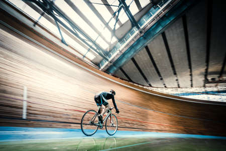 Athlete on a bicycle on velodrome 版權商用圖片 - 71024932