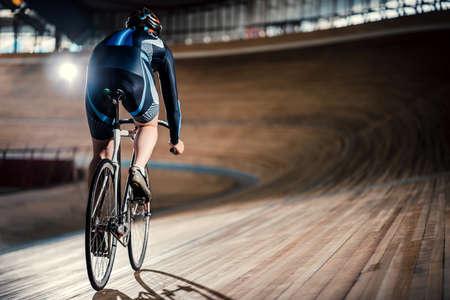 Radrennfahrer auf Velodrome Standard-Bild - 72522923